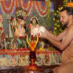 Giri Maharaja Bathing Mahaprabhu