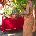 Giri Maharaja offering arati