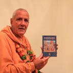 """Srila Guru Maharaja holding """"Mahaprabhu - El Santo de la India"""""""